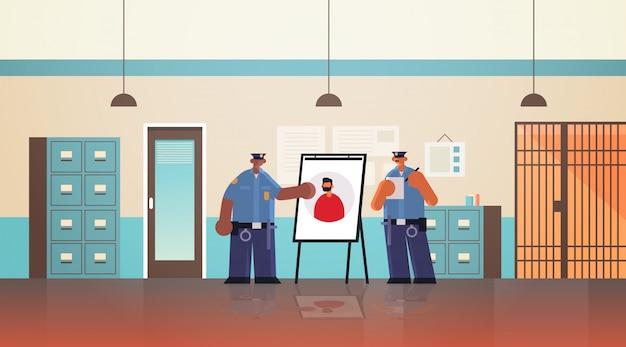 Mischen sie rassenpolizistenoffizierpaar, das an bord mit diebfoto-sicherheitsbehörde justizrechtsdienstkonzept moderne polizeiabteilung innenraum flach in voller länge horizontal betrachtet
