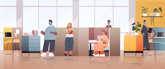 Mischen sie renngeschäftsleute in masken, die im teamwork-konzept des coworking center business meeting zusammenarbeiten und sprechen