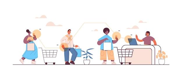 Mischen sie rennkunden, die smartphones verwenden, um an der kasse zu bezahlen. online-shopping e-commerce smart shopping