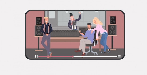 Mischungsrasseleute, die in den tonstudiomännerfrauen strömen den on-line-videospieler der livekommunikations-sendungskonzept-in voller länge smartphoneschirm beweglichen app horizontal durchführen