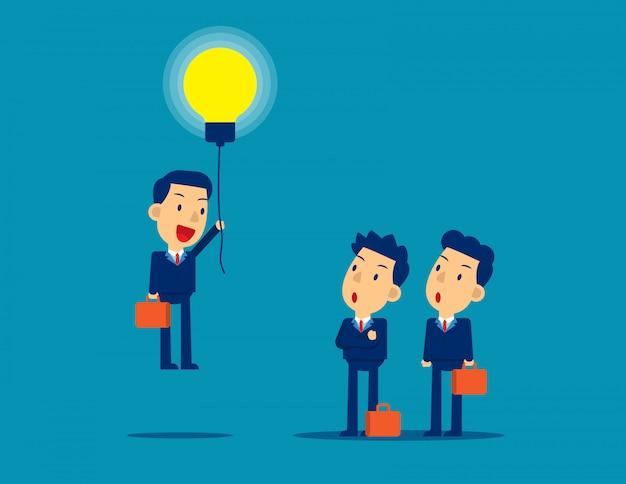 Mit einer glühbirne voller ideen aus der menge herausfliegen.