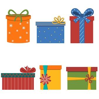 Mit schleifen weihnachtsgeschenke dekoriert.