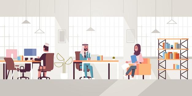 Mitarbeiter des unternehmens mitarbeiter arbeiten in kreativen kooperierenden open space ic-mitarbeitern geschäftsleute sitzen am arbeitsplatz und diskutieren neue projekt moderne büroeinrichtung in voller länge horizontal