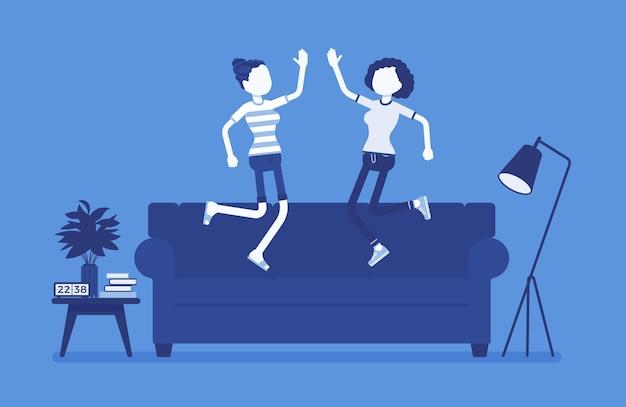 Mitbewohnerfreunde leben gerne zusammen. glückliche junge mädchen, die die gleiche wohnung, das haus oder das zimmer besetzen, teilen sich eine gemietete wohnung und springen auf einen bus in der herberge. vektorillustration, gesichtslose charaktere