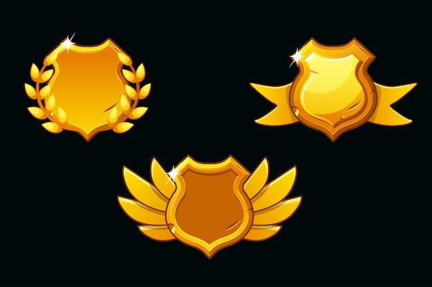 Mittelalterliche schilde in goldfarbe. schablonenschild leeren. preisschild mit flügeln, band und lorbeerkranz
