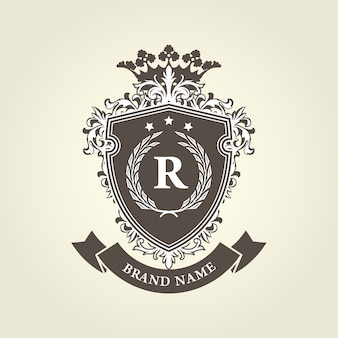 Mittelalterliches königliches wappenschild mit krone und lorbeerkranz