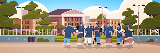Mix-race-absolventen in masken, die in der nähe von hochschulabsolventen zusammenstehen, die die akademische ausbildung feiern
