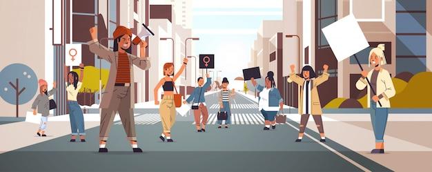 Mix race aktivisten halten plakate mit weiblichem geschlecht zeichen feministische demonstration mädchen macht bewegung rechte schutz frauen empowerment konzept stadtbild hintergrund horizontal in voller länge