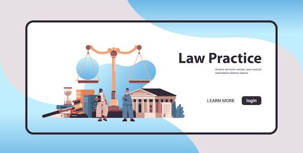 Mix race anwälte diskutieren während des treffens rechtsberatung gerechtigkeit konzept hammer und richter buchwaage und gerichtsgebäude horizontale banner in voller länge kopie raum vektor-illustration