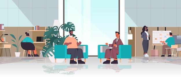 Mix race businesspeople arbeiten und kommunizieren im kreativen coworking center teamwork-konzept