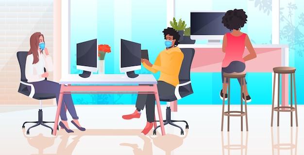 Mix race businesspeople sitzen am arbeitsplatz geschäftsleute tragen masken, um coronavirus pandemie teamwork konzept horizontal zu verhindern