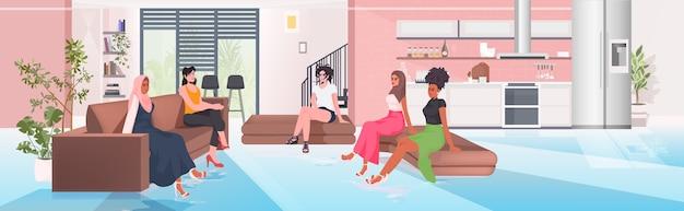 Mix race frauen diskutieren während des treffens im konferenzbereich weibliche empowerment bewegung mädchen power union der feministinnen konzept horizontale vektor-illustration in voller länge