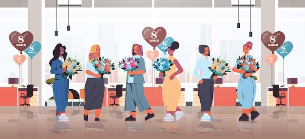 Mix race geschäftsfrauen halten blumensträuße und luftballons frauen tag 8 märz urlaub feier konzept moderne büro interieur in voller länge horizontale illustration