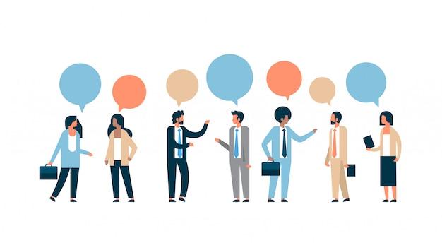 Mix race geschäftsleute chat blase kommunikationskonzept isoliert mann frau beziehung horizontal flach in voller länge