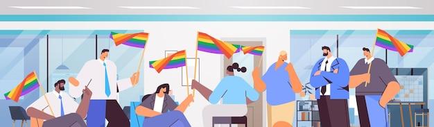 Mix-race-geschäftsleute, die lgbt-regenbogenflaggen halten, schwul-lesbische liebesparade-stolz-festival-transgender-liebeskonzept