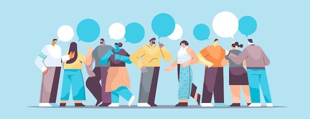 Mix race geschäftsleute gruppe stehen zusammen geschäftsleute diskutieren während des treffens chat blase kommunikationskonzept in voller länge horizontale vektor-illustration