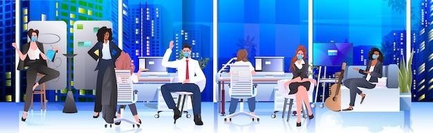 Mix race geschäftsleute in masken arbeiten und sprechen zusammen im coworking center coronavirus pandemie teamwork konzept modernes büro interieur horizontal in voller länge