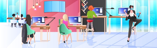 Mix race geschäftsleute in masken arbeiten und sprechen zusammen in coworking center coronavirus pandemie teamwork konzept moderne büro interieur horizontal