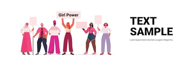 Mix race girls aktivisten halten plakate weibliche empowerment bewegung frauen power-konzept in voller länge horizontale kopie raum vektor-illustration
