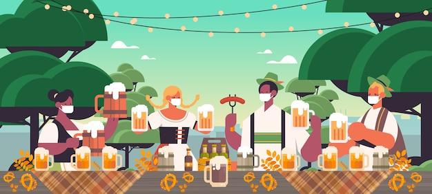 Mix race menschen in gesichtsmasken trinken bier oktoberfest festival feier konzept landschaft hintergrund