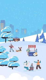 Mix race menschen in masken mit winterspaß männer frauen verbringen zeit im park im freien aktivitäten coronavirus quarantäne konzept stadtbild hintergrund voller länge vertikale vektor-illustration
