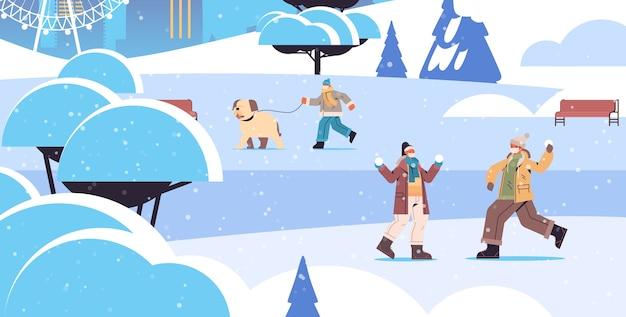 Mix race menschen in masken mit winterspaß männer frauen verbringen zeit im park im freien aktivitäten coronavirus quarantäne konzept voller länge horizontale vektor-illustration