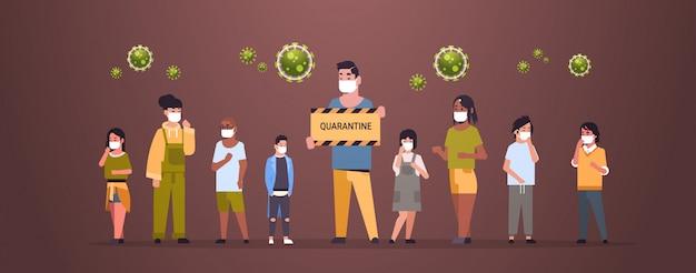 Mix race menschen in schutzmasken halten quarantäne banner seuchenstopp coronavirus konzept wuhan pandemie medizinisches gesundheitsrisiko in voller länge horizontal