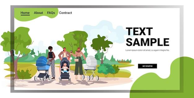 Mix race mütter gehen mit neugeborenen in kinderwagen mutterschaft konzept stadtpark landschaft hintergrund kopie raum