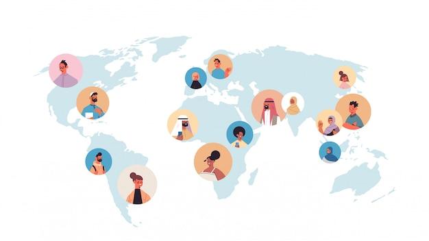 Mix race people avatare auf der weltkarte globales kommunikationskonzept männliche weibliche zeichentrickfiguren porträt horizontale illustration