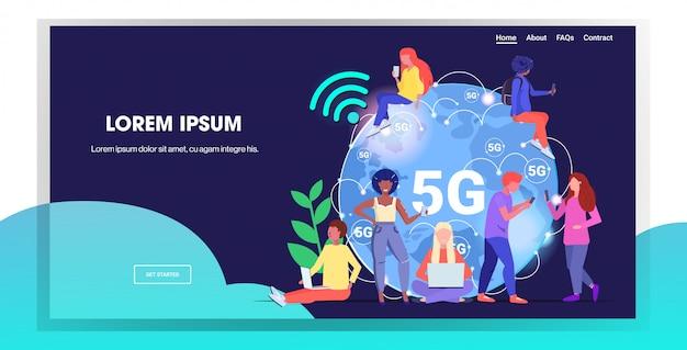 Mix race people mit digitalen geräten 5g online-verbindung zu drahtlosen systemen fünfte innovative generation des highspeed-internet-konzepts