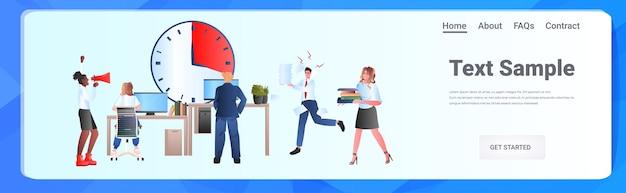 Mix race überarbeitete geschäftsleute, die im büro arbeiten teamarbeit zeitmanagement-konzept horizontale in voller länge kopie raum illustration