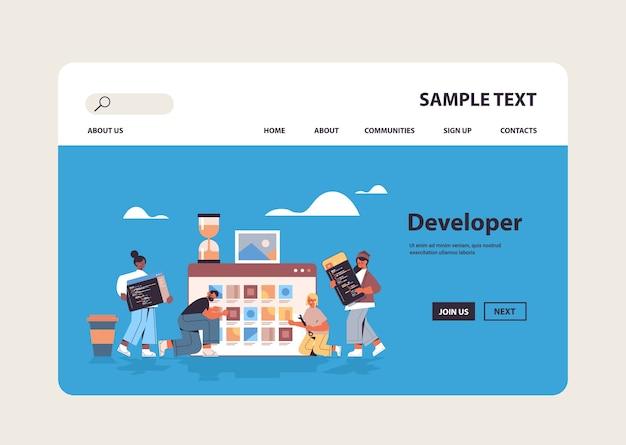Mix race web-entwickler, die neue app-funktionen testen, codieren den kopierbereich des anwendungsentwicklungssoftware-programmierkonzepts