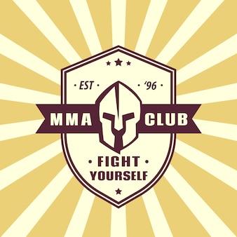 Mma club vintage emblem mit spartanischem helm auf schild, vektor