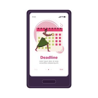 Mobiles anwendungsbanner mit geschäftsfrau macht notizen auf desktop-kalender