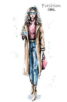 Modefrau, die papierkaffeetasseillustration hält