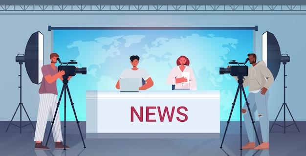 Moderatoren, die mit kameraleuten im fernsehen senden und über die täglichen nachrichten im modernen fernsehstudio mit horizontaler illustration in voller länge diskutieren