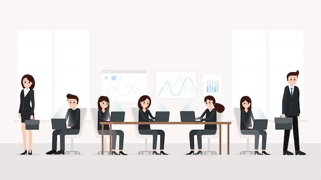Moderne büroeinrichtung mit mitarbeitern