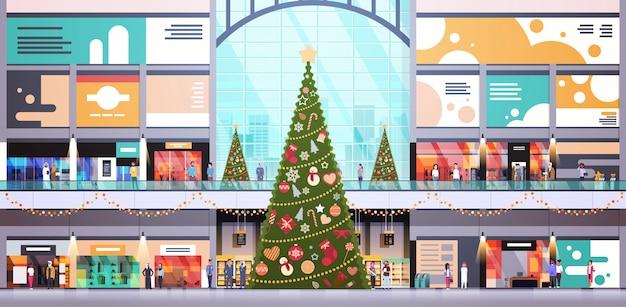 Moderne einkaufszentrummitte verziert für weihnachts- und neujahrsfeiertagskonzept große horizontale innenebene des einzelhandelsgeschäfts vieler leute