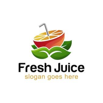 Moderne logos von frischem saft mit geschnittenem fruchtorange und blattlogovektor