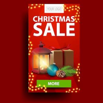 Moderne rote weihnachtsrabattfahne mit geschenk, weinleselaterne, weihnachtsbaumast mit einem kegel und einem weihnachtsball