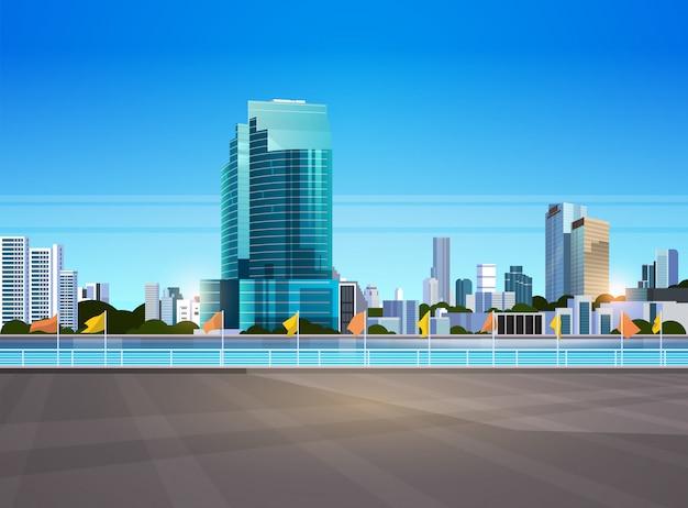 Moderne wolkenkratzer der skyline der stadt zaun und fluss gegen stadtbild