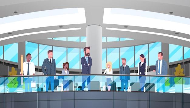 Moderner büro-innenraum mit gruppe geschäftsleuten, fachleuten und geschäftsfrauen wo