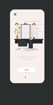 Moderner friseursalon mit stuhlspiegel und mobiler app-vertikale des möbelschönheitssalonkonzept smartphone-schirmes