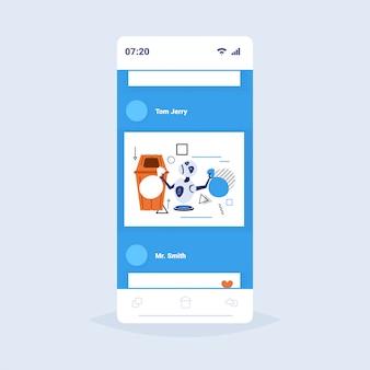 Moderner roboter, der müllsäcke papierkorb setzt, trennen abfall-sortier-management künstliches intelligenz-konzept smartphone-bildschirm online-app für mobile apps in voller länge