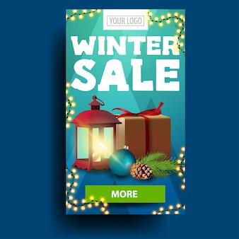 Modernes blaues vertikales winterrabattbanner mit geschenk, vintage laterne und grünem knopf