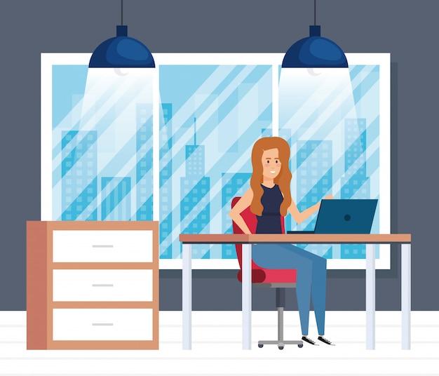 Modernes büro mit geschäftsfrau