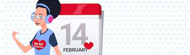 Modernes mädchen über kalender-seiten-glücklichem valentinstag greeing horizontaler fahne mit kopien-raum
