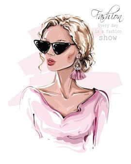 Modische blondine mit sonnenbrille