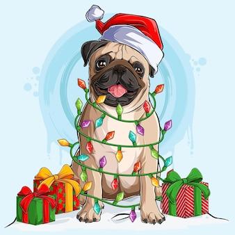 Mops hund in weihnachtsmütze sitzt und umgeben von weihnachtsbaumlichtern und geschenken an seinen seiten