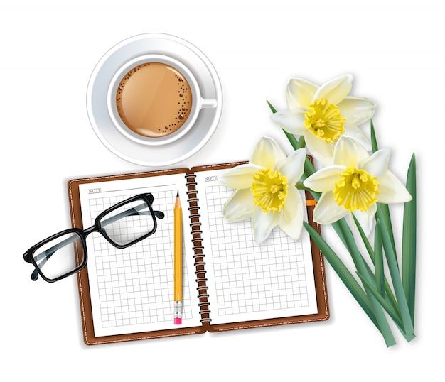 Morgenkaffee-notizblock und narzissenblumenstrauß